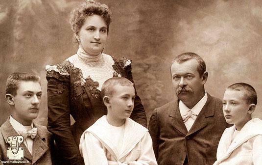 1898 - Georges et Josephine Vuitton, avec leur fils Gaston et les jumeaux Jean et Pierre