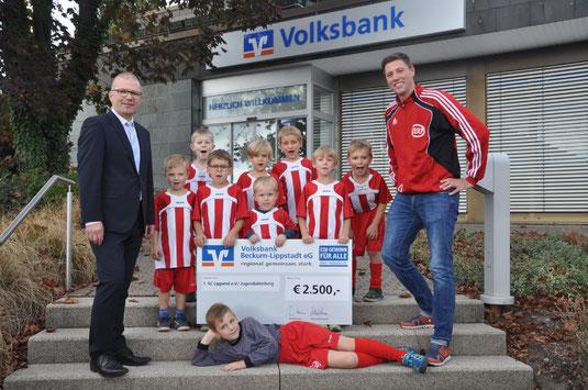 Christian Silberberg, Trainer der G-Jugend (rechts), nahm den überdimensionalen Spendenscheck von Filialleiter Norbert Ludwigt (links) entgegen.