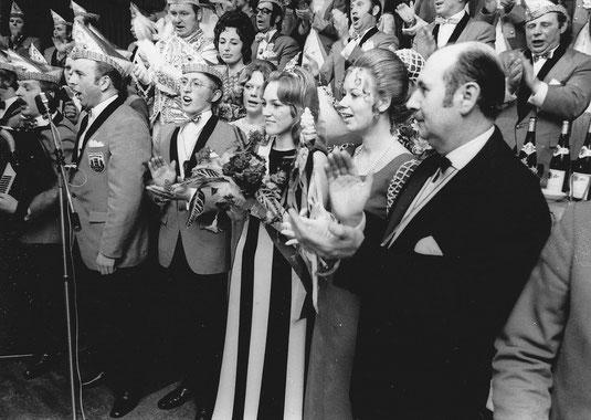 Krönung der Pumpenmarie Christiane Rothvoss (3.v.re.), re. Elmar Sierp, 1972