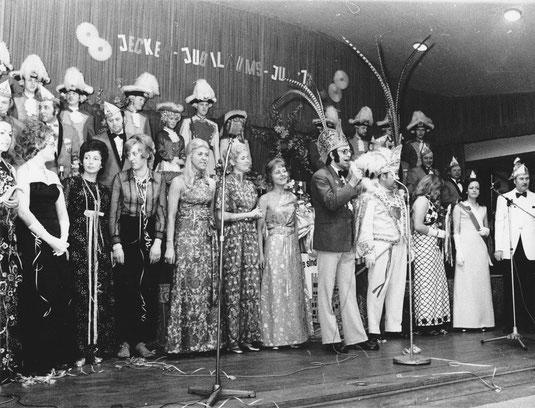 """Nachbarschaftsfest und Großer Winterball mit der Karnevalsgesellschaft We sind wer do"""" Dinslaken-Eppinghoven 1973 in der Stadthalle Dinslaken. Am Mikrofon: Sitzungspräsident Johannes Vahnenbruck"""