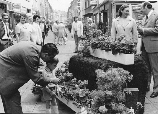 Startschuss zum Geranienmarkt 1973. re. Elmar Sierp