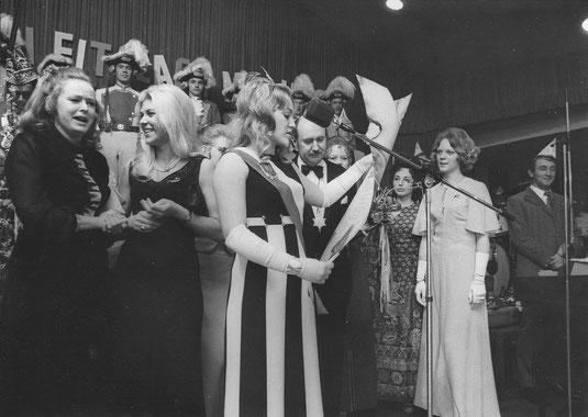 """Pumpenmarie Christiane Rothvoss liest ihre """"Regierungserklärung"""" beim karnevalistischen Nachbarschaftsfest 1972 in der Stadthalle"""