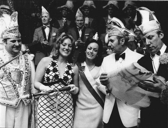 Nachbarschaftsfest und Winterball mit der Krönung der neuen Pumpenmarie 1973. (2.v.l. Christiane Rothvoss, Pumpenmarie 1972, neben der Pumpenmarie von 1973 Gabriele Scheuer-Hingmann, von re. Ludwig Boersma und Elmar Sierp.