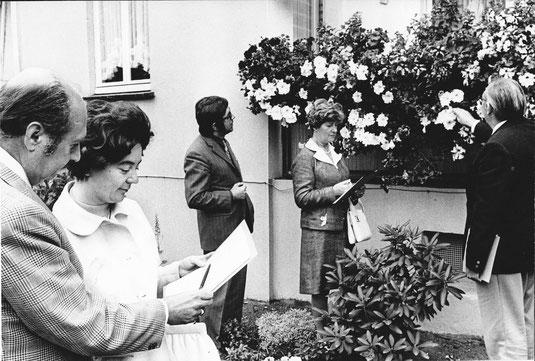 Ein schweres Amt hatten die Juroren beim Blumenbalkonwettbewerb 1971. (li. Elmar Sierp, 3.v.li. Johannes Vahnenbruck, re. Georg Schroer.
