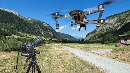 Matériel présenté en extérieur, en fond de vallée de Peisey Nancroix. Drone DJI Mavic Pro et appareil Canon EOS 5D Mark III