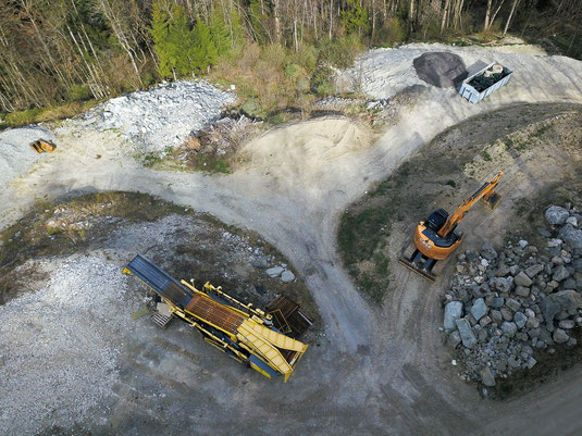 photographie aérienne d'une aire de stockage d'une entreprise de terrassement. Prise par drone Yuneec H520