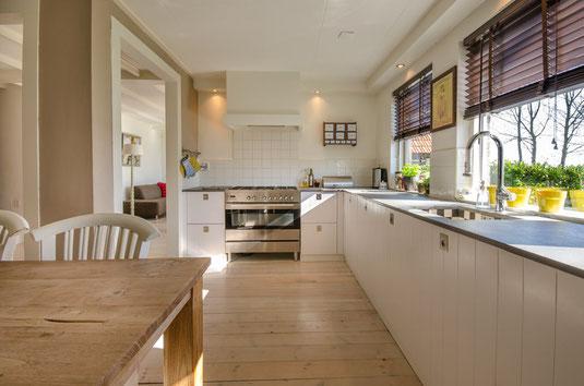Matte Küchenfronten, umso mehr, wenn sie grifflos sind, wirken besonders wohnlich.