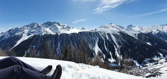 Aussicht vom Urezzerkopf ins verschneite Samnauntal