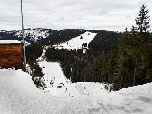 Blick von der Skisprungschanze auf den Ruhestein und dessen Skipiste