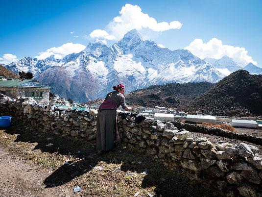 Sind die Berge für diese nepalesische Frau genauso besonders wie für mich? Ich glaube auch sie genießt die Aussicht.