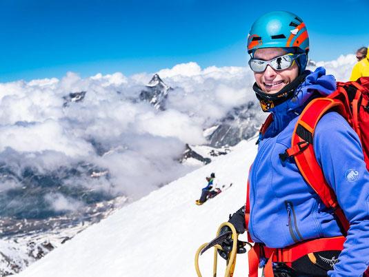 Auf dem Breithorn. Im Hintergrund blitzt das Matterhorn aus den Wolken