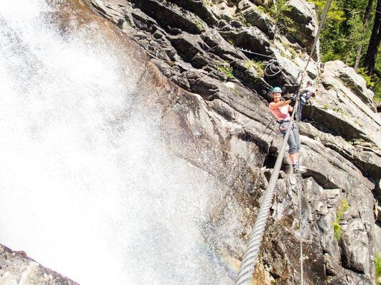 Die Seilbrücke über den tosenden Lehner-Wasserfall kann auch umgangen werden