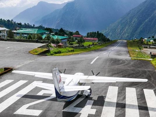 Das Flugzeug ist startbereit. Die Rollbahn verläuft leicht bergab, damit das Flugzeug schnell Geschwindigkeit aufbauen kann.