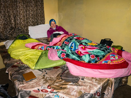 Unser kleines Zimmer in der Lodge in Tengboche. Die Einzelbetten lassen sich oft zusammen schieben.