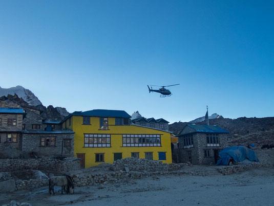 Hubschrauber in Gorak Shep, dem am weitesten entfernten Punkt der Trekkingtour