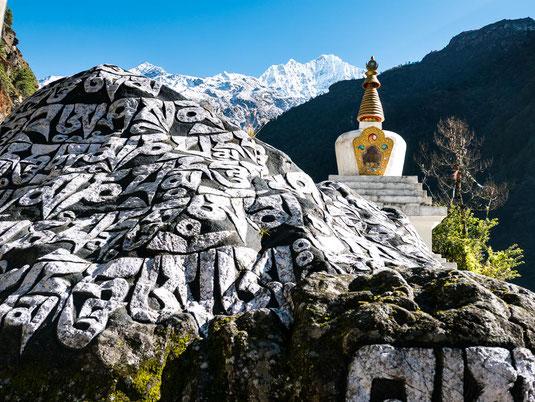 Schöne Mani-Steine schmücken den Weg. Im Hintergrund wieder der Berg Thamserku