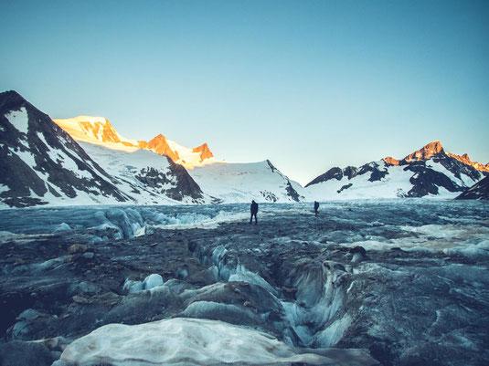 Im Sonnenaufgang über den Fieschergletscher