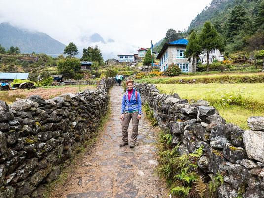 Schöne Steinmauern umranden die Felder in den Dörfern.