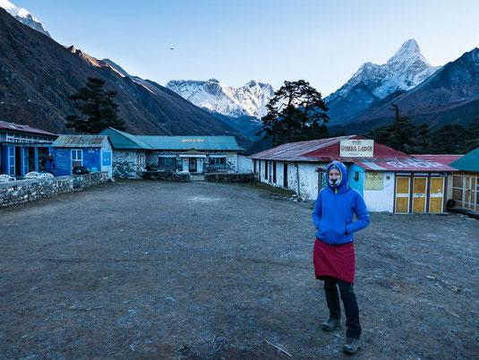 Im Hintergrund unsere Lodge und das Everest-Lothse-Nuptse Massiv. Rechts ist die Ama Dablam zu sehen.