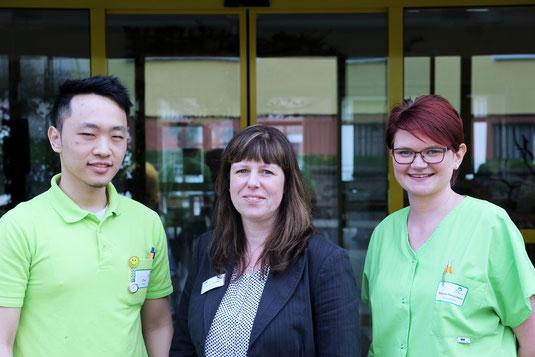Die Auszubildenden Duc und Melanie mit der Pflegeheimleiterin Frau Günther