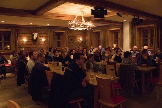 Der sehr gut gefüllte Rote Salon im Wirtshaus Flößerei in Wolfratshausen bei der Veranstaltung der JU Bad Tölz - Wolfratshausen und Grünen Jugend Bad Tölz - Wolfratshausen