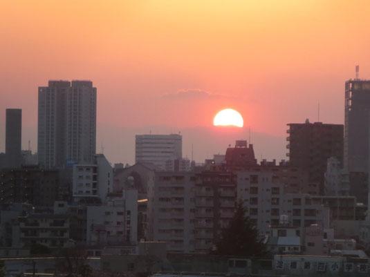 当協会から見た中野方面の街並みと夕陽