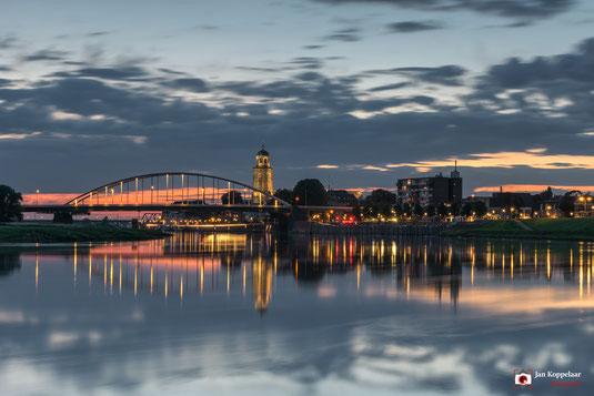 Landschapfotografie: skyline van Deventer tijdens het blauwe uurtje