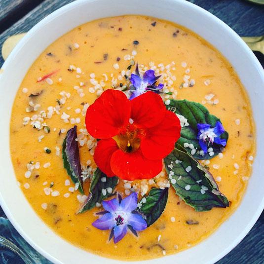 Tomaten-Dip mit bunten essbaren Blüten