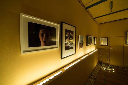 """Ausstellung """"In einem anderen Licht"""" nur mit Kerzenlicht beleuchtet"""