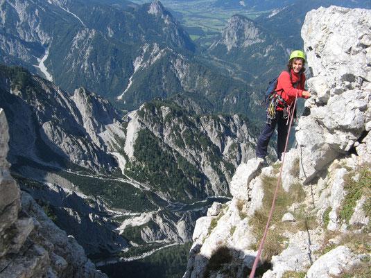Kletterer im Ausstieg der Rosskuppenkante mit Blick auf die Haindlkarhütte
