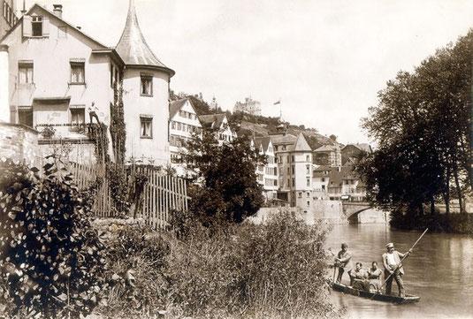 Stocherkahn vor Hölderlinturm um 1900, Bild: Siehe schlecht leserliche Einprägung unten rechts [Public domain].