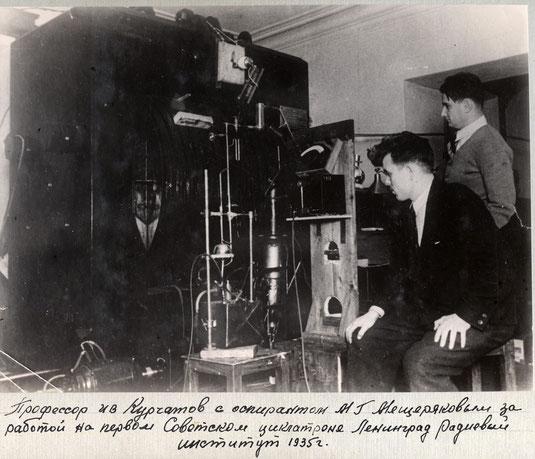 Професор И.В.Курчатов и аспирант М.Г.Мещеряков за работой на первом отечественном ускорителе - синхроциклотроне