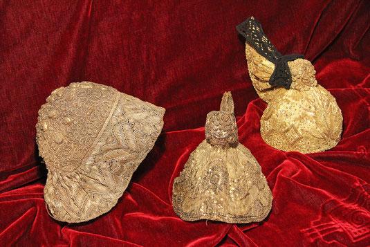 """Links: Bodenhaube, etwa 1790; Mitte: Goldhaube um 1810; Rechts: """"Moderne"""" Goldhaube aus 1978"""