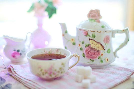花柄模様のティーポットと紅茶の入ったティーカップ。ちょっとひといきのティータイム。