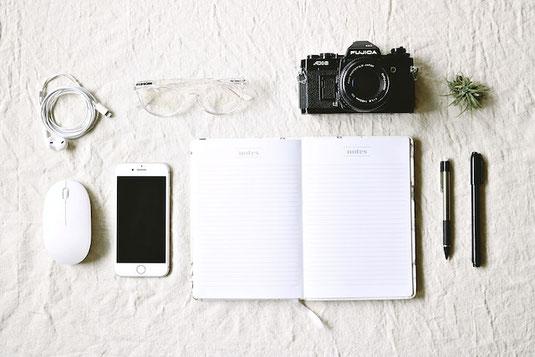 木製のドアにもたれかかるジャケット&パンツスタイルのビジネスマン。