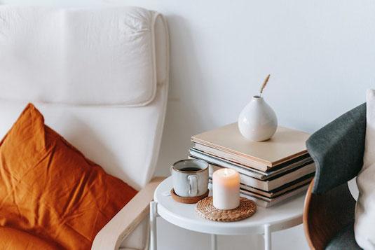 パソコンのキーボード。マグカップが2つ。松ぼっくり。チェック柄のストール。在宅勤務。
