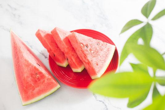 テーブルに置かれた便箋と銀色の万年筆。