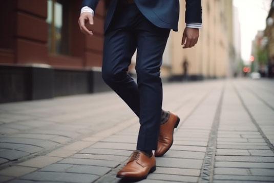 電卓、値札、エコバッグからのぞく食料のミニチュア。家計負担のイメージ。