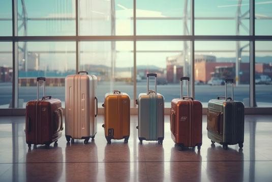 世界地図のうえに置かれた「割れ物、取扱い注意」表示の段ボール箱。海外貨物。