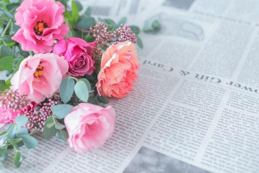 レトロな銀の置時計。白紙のメモ帳と銀の万年筆。小さな花のブーケ。