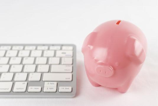 スーパーマーケットの陳列棚とショッピングカート。