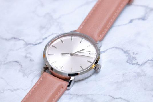テーブルに置かれた電卓。How much?と書かれた吹き出し。