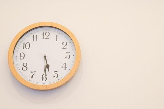 時を刻むゴールドの時計