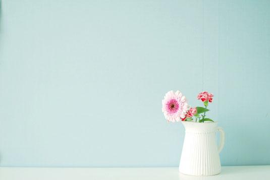 眼鏡、電卓、ボールペン、メモ帳、キーボード、マウス、イヤフォン、スマホ。