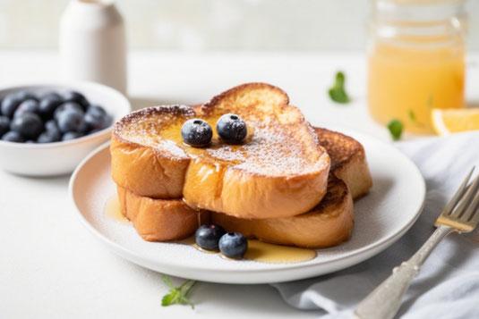 Meetingと書かれた木製の積み木。そのうえに置かれた人形のオーナメントと置時計。