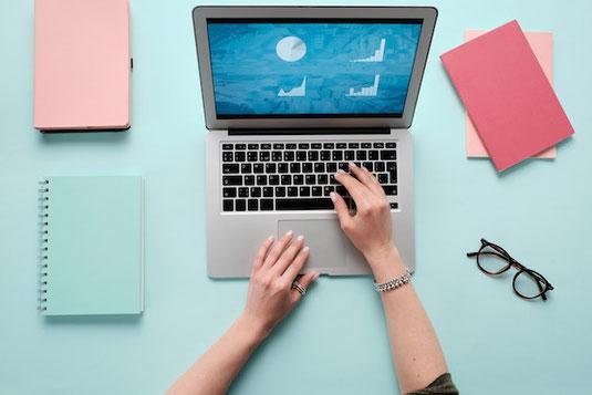 ミモザの花とウェルカムボード。