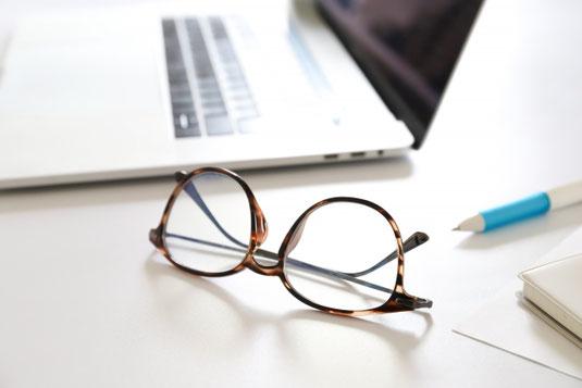男性と女性のビジネススーツ。新規学卒者のイメージ。