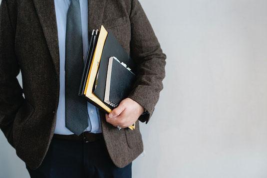 便箋と銀の万年筆。コーヒーの入ったカップ&ソーサ。ピンクのデイジーの花。