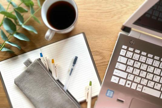 リング式ノートの上に置かれた色とりどりのマーカーペン。傍らに2本のボールペン。研修で勉強。