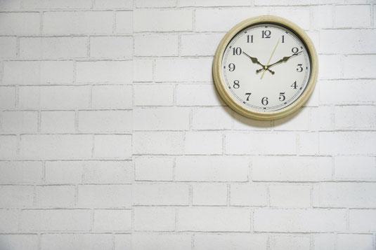 赤のスタンドライト。赤のペンケース。コーヒーマグがのった赤のコースター。バラの花が活けられた赤の一輪挿し。広げられたノートとサインペン。